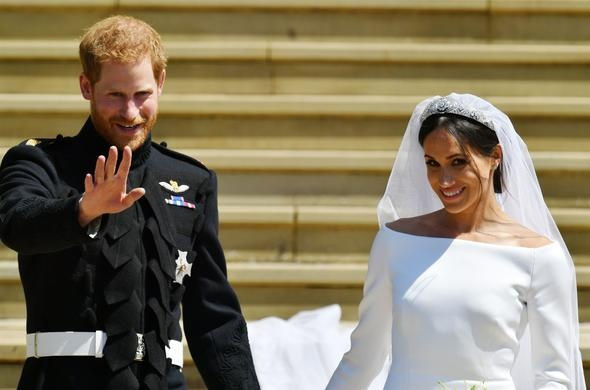 """Kensington Sarayı Twitter hesabından yapılan paylaşımda, """"Yeni evliler: Karşınızda Sussex Dükü ve Düşesi"""" ifadesine çiftin fotoğrafı eşlik etti"""