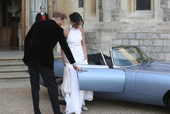 Dünyanın en lüks elektrikli araçlarından birine binen çift, Frogmore House'da konuklarına verdikleri davete katıldı.