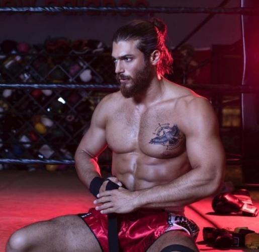 Can Yaman bir röportajında; spor geçmişinin çok eskiye dayandığını ve genetik olarak şanslı olduğunu söylemişti.