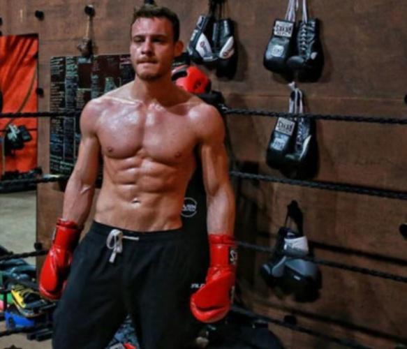 Hemen hemen her gün ağırlık çalışan Bürsin, Barış Arduç gibi boks antrenmanlarına da ağırlık veriyor.