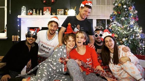 Ünlü isimler yeni yılı şarkılar ve barış dilekleriyle karşıladı. Kimi bu özel gecede sahne aldı, kimi ailesiyle vakit geçirdi. İşte ünlü isimlerin yeni yıl fotoğrafları...