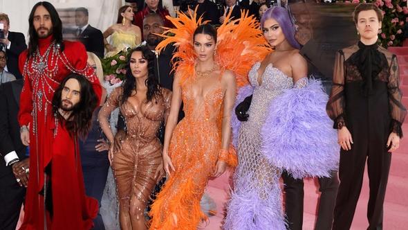 Her yıl ünlülerin ilginç kıyafetler giyme konusunda birbiriyle yarıştığı MET Gala 2019 gerçekleşti. Gösteri dünyasının ünlüleri, uzun süre silinmeyecek izler bırakarak kırmızı halıdan geçti gitti.  Asıl amacı New York Metropolitan Müzesi'ne gelir toplamak olan etkinliğe bu yıl damga vuranlardan biri Harry Styles oldu.