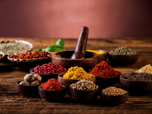 BAHARATLARI AZALTIN  Ramazan'da baharat tüketilebilir ancak bunlarında dozu önemlidir. Özellikle acılardan kesinlikle kaçının. Kimyon sindirimi rahatlattığı için az miktarda kimyon ekleyebilirsiniz. Tarçının kan şekeri düzenleme özelliği olduğu için tarçını özellikle kompostolarda kabuk tarçın olarak bolca tüketin ama diğer baharatlar bu dönemde çok uygun olmayacaktır.