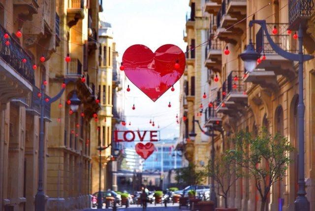 Beyrut, Lübnan  Tarihi Beyrut'un romantik sokakları Sevgililer Günü'nde tüm ihtişamıyla sizleri bekliyor olacak. Ortadoğu'nun Paris'i Beyrut yaşadığı tüm acılara rağmen her şeyi geride bırakarak, tüm güzellikleriyle ziyaretçilerini büyülemeyi başarıyor. Alternatif bir lokasayonla sevgilinizi şaşırtmak istiyorsanız Doğu ve Batı'nın vücut bulmuş Beyrut'tan daha iyisini düşünemiyoruz.