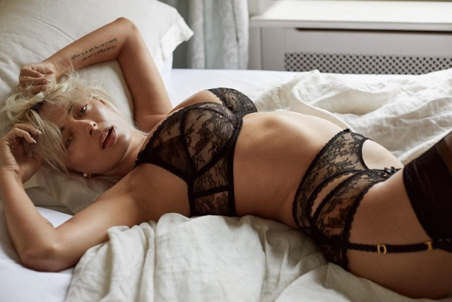 Seksi model Caroline Vreeland, sosyal medya hesabından yaptığı paylaşımlarla yürek hoplatmaya devam ediyor.