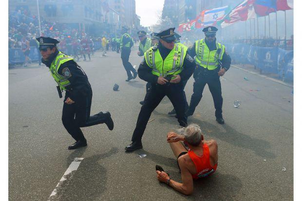 İlk Boston Maratonu bombası, yarışın kazananı bitiş çizgisini geçtikten yaklaşık 2 saat 40 dakika sonra patlamıştı. Bitiş çizgisinde, yarışı bitiren maratoncuları fotoğraflıyordum. Bazıları kostümle koşuyordu, bazıları da çocuklarının ellerinden tutup bitiş çizgisini birlikte geçmenin keyfini yaşıyorlardı.Bomba yaklaşık 15 metre yanımda patladı. Bombanın etkisi beni afallattı. Kendime geldiğimde maratoncu Bill Iffrig'i asfalta düşmüş bir şekilde gördüm ve fotoğrafını çekmek için ona doğru koştum. Aynı anda 3 polis memuru da benimle birlikte koştu ve tam o anda 3 blok ötede diğer bomba patladı. Polislerin silahının çekili olduğunu o an farketmemiştim bile. Aslında bomba olduğunu bile anlamadım, acaba bir sebeple top atışı mı yapılmıştı yoksa kanalizasyonda meydana gelen bir patlama mı olmuştu bunları düşünüyordum.Etrafıma baktığım zaman bombanın etkisini gördüm. Gözümü fotoğraf makinemin vizöründen alamıyordum, çok fazla duman vardı. Bir polis memuru burda durmamam gerektiğini ve bir bombanın daha patlayabileceği konusunda beni uyardı.Kafamı kaldırdığımda parçalanmış vücutları, kopmuş bacakları ve inanılmaz derecede çok olan kanları gördüm.