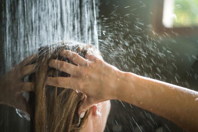 DIŞARIYA ISLAK SAÇLA ÇIKARSANIZ ÜŞÜTEBİLİRSİNİZ - YANLIŞ  Birçok anne çocuklarına saçları ıslandığında dışarı çıkarlarsa hastalanacaklarını söylediler ancak Dr. Al Hilaly bunun doğru olmadığını söyleyerek, ''Soğuk algınlığı virüsdür ve yaz aylarında da dahil olmak üzere herhangi bir zamanda ortaya çıkabilir'' diyor.