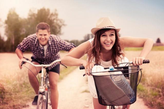 AYRI ZAMANLAR GEÇİRİN!  Sevgili demek tam anlamıyla herşeyi beraber yapmak beraber gitmek demek değil! Sevgilinizle farklı farklı şeylerden hoşlanabilirsiniz. Aynı zamanda beraber çıktığınız tatilde bir gün ayrı yerlerde vakit geçirebilir, müzelere veya denize gidebilirsiniz.
