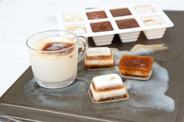Buzlu kahvenizin sulanmaması için buzdolabında donmuş kahve kalıpları hazırlayın.
