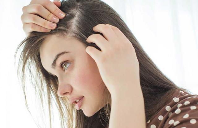 SAÇKIRAN Saçkıran olarak bilinen alopesi areata özellikle ağır stresli durumlarda ortaya çıkar. Saçlı deri, kaş, kirpik ve sakal dahil tüm vücut kıllarında dökülme gözlenebilir. Kökeninde genetik yatkınlık ve stres olduğu düşünülüyor. Kalıcı kelliğe neden olmaz; ancak uzun dönem sabırlı tedavi gerektirebilir.