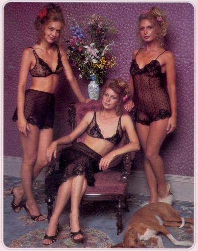 Victoria's Secret markasının 1979 yılında yayınlanan kataloğu, günümüzde birçok modelin kullandığı photoshop gibi bilgisayar programlarını içermeden hazırlanmış. Daha gerçekçi resimlerden oluşan fotoğraf çekimlerine bakıldığında, günümüzdeki modellerden birçok farklılık görmek mümkün.