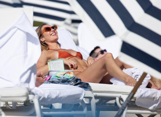 Süper model Candice Swanepoel, sahilde kırmızı bikinisiyle herkesi büyüledi. 5 ay önce 2. çocuğunu dünyaya getiren Candice Swanepoel, Miami'de tatile çıktı.
