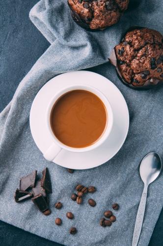 KAHVE, ÇİKOLATA Bayramların vazgeçilmezi olan kahve ve çikolata reflüyü tetikleyerek sindirimi zorlaştıran gıdaların başında geliyor. Bu besinlerin barındırdıkları bazı maddeler yemek borusundaki alt ucu gevşettiği için reflü şikâyetlerinin artmasına neden oluyor. Dolayısıyla bayram boyunca özellikle reflüye eğilimi olan kişilerin bu ürünleri tüketirken dikkat etmesi gerekiyor. Ayrıca gece yatmadan önce yemek yemeye özen göstermek de şikâyetlerin kontrol altına alınmasını sağlayabiliyor.