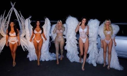 Amerika'nın en medyatik ailesi, 31 Ekim'de (dün) kutlanan Halloween yani Cadılar Günü'ne, Victoria's Secret melekleri kostümleri giyerek damga vurdu.