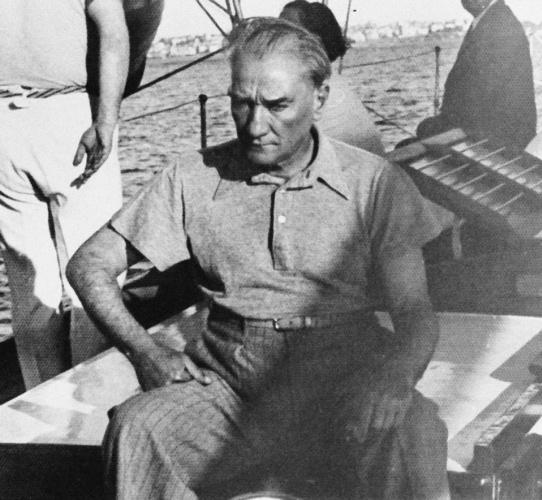 """Genelkurmay Askeri Tarih ve Stratejik Etüt Daire Başkanlığınca """"Atatürk ve gençlik"""", """"Atatürk ve spor"""" konularında derlenen özel fotoğraflar, 19 Mayıs Atatürk'ü Anma Gençlik ve Spor Bayramı kapsamında paylaşıldı"""