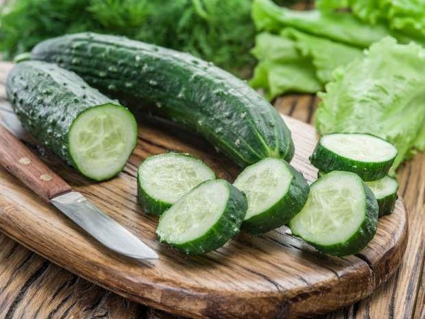 Kalorisi yok denecek kadar az olan salatalığı öğün aralarında tüketebilirsiniz. Salatada tok kalmanızı sağlayacaktır.