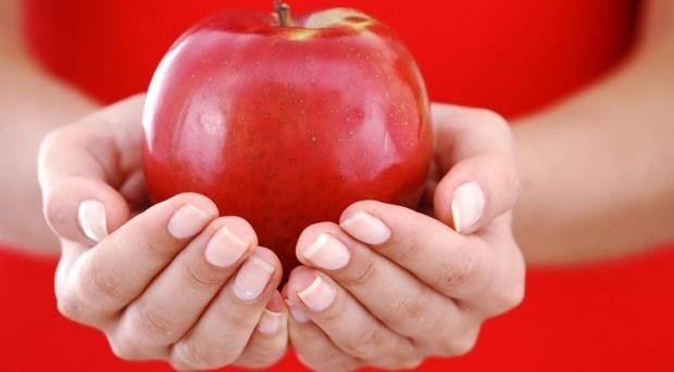 Elmanın kabuğunda pektin maddesi bulunmaktadır. Bu maddede kişinin uzun süre tok kalmasını sağlamaktadır. Elma aynı zamanda bağırsakları da harekete geçirme özelliğiyle bilinmetkedir. Elmayla beraber leblebi tüketmenin uzun süre açlığı bastırdığını biliyor muydunuz? Bu ikisini beraber yediğiniz zaman uzun bir süre açlık hissinizin kaybolduğunu göreceksiniz.