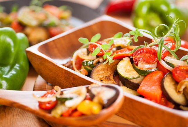 SAĞLIKLI BESLENMENİN FORMÜLÜ: AKDENİZ MUTFAĞI Gastroenteroloji Uzmanı Doç. Dr. Meltem Ergün, içinde bulunduğumuz yaz aylarında sindirim sisteminde sorunlar yaşamamak için bol sıvı tüketmek, çok fazla olmamak kaydıyla meyve yemek ve lifli gıdaları tercih etmek gerektiğinin altını çiziyor. Balık, tavuk, kırmızı etin günde bir öğünden fazla tüketilmemesi, Akdeniz tarzı beslenmenin tercih edilmesi ve beraberinde bol egzersiz yapılmasının da sindirimi rahatlattığını anlatıyor.