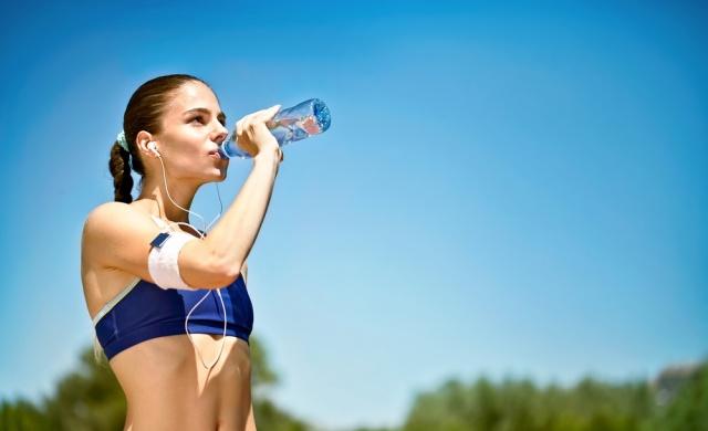 1- GÜNE 1 BARDAK SU İLE BAŞLAYIN  Gece boyunca durgun olan sindirim sisteminin sabahları suyla harekete geçirilip temizlenmesi gerekiyor. Yataktan kalkar kalkmaz içilen 1 bardak su, kahveden çok daha uyandırıcı bir etkiye sahip.