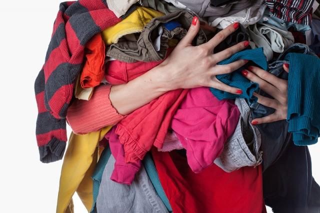 Elektriklenmeye müsait kıyafetlerinizi giymeden önce buzdolabında bekleterek elektriklenmesini önleyin.