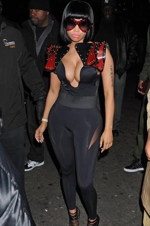 30 yaşındaki ünlü rapçi Nicki Minaj, New York'ta katıldığı partiye kıyafetiyle damga vurdu. Lady Gaga'dan sonra ilginç kıyafetleriyle adından söz ettiren Minaj, dar taytı ve derin göğüs dekolteli kıyafetiyle objektiflerin hedefindeydi. Minaj, ünlenmesine yardımcı olan kalçalarının estetikli olduğuna dair dedikoduları şiddetle yalanlıyor.