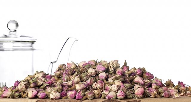 GÜL; Gülleri kim sevmez! Romantik ve mis kokulu güller sadece aşkınızı alevlendirmeye değil, kokusuyla sizi rahatlatarak cinsel isteğinizi artırmaya da yarar… Güllü kokular veya bitki çayı olarak demleyeceğiniz gül yaprakları, libidonuzun artmasına yardımcı olacak.