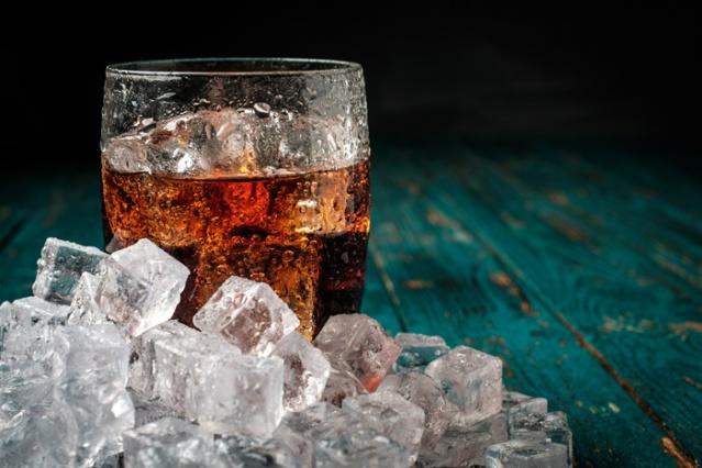 """GAZLI İÇECEKLER Sindirimi rahatlatacağı düşüncesiyle özellikle sıcak yaz günlerinde sofralarda yerini alan gazlı içeceklerden uzak durulması gerektiğini söyleyen Doç. Dr. Meltem Ergün, """"Bu ürünler hem doğal değil, hem de sanılanın aksine sindirimi rahatlatmıyor, aksine bünyemizde gaz oluşumunu artırıyor. Özellikle yemekle birlikte içildiğinde şişkinlikle beraber reflünün de artmasına neden oluyor. Sadece şekerli içecekler değil soda tüketirken de dikkatli olmak gerekiyor. Tansiyonu olan kişilerin, içeriğindeki tuzdan dolayı soda tüketmemesi gerekiyor"""" diyor."""