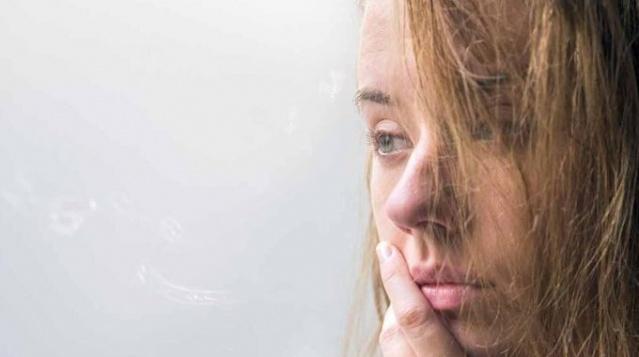 Günlük hayatta hemen herkes, neredeyse her gün stresle karşı karşıya kalır. Stres, uyku düzensizliklerinden kaslarda gerginliğe, midede asit artışından yüksek tansiyona kadar birçok hastalığa sebep olabilir. Ayrıca enerjinizi düşürüp halsiz ve bitkin bırakabilir. Stresle baş edebilme konusunda yediğimiz besinlerin büyük önem taşıdığını belirten Prof. Dr.İsmet Tamer, enerjiyi artıran ve stresi azaltan besinleri bizler için sıraladı.