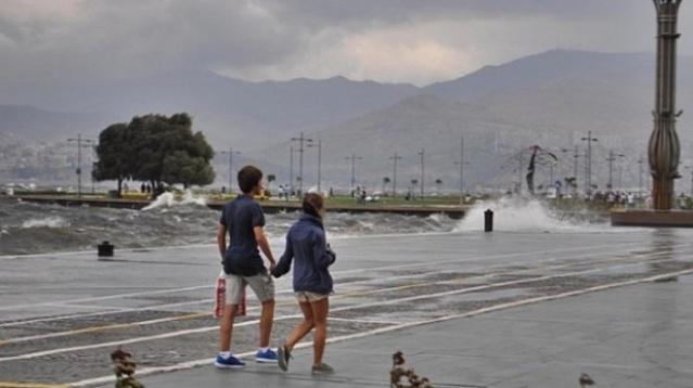 Yağışlı havanın etkisi altına giren İzmir'de yeni haftada çok bulutlu bir hava yaşanacağı tahmin ediliyor. En yüksek sıcaklıklar 29 ile 32 derece arasında değişiyor. Sıcaklıklarda düşüş olması beklenmiyor.   İşte İzmir merkez ve ilçelerinde 5 günlük hava raporu: