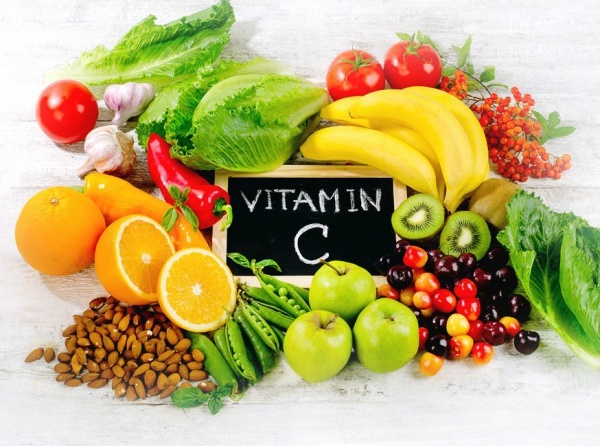 C vitamini: En iyi antioksidan vitaminlerden C vitamininin sağladığı faydalar saymakla bitmez. Yeter ki her gün beslenmenize dahil edin ve gün içinde C vitamini içeren besinler almayı unutmayın. Eğer C vitaminini besinlerden alırsanız bu besinlerde bulunan fitokimyasal maddeleri de alırsınız. Böylece vücuttaki savaşçı hücreleriniz güçlenir. Her gün mutlaka roka, maydanoz, kuşburnu ve kiviyi öğünlerde ve ara öğünlerinizde tüketin.