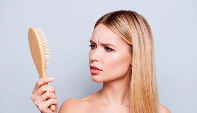 DEMİR EKSİKLİĞİ Kadınlarda en sık rastlanan saç dökülmesi nedenlerindendir. Demir takviyesi ile kısa sürede tedaviye yanıt alınabilir. Demir emilimi ile ilgili sorun var ise dahiliye doktorundan oral kullanıma alternatif demir takviyesi konusunda destek alınmalı.