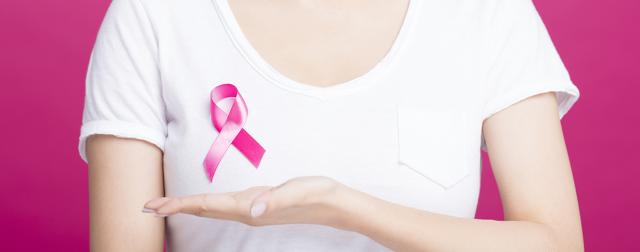 """Dünyada her yıl yaklaşık 1 milyon 300 bin kadına meme kanseri tanısı konuyor ve meme kanseri her 8 kadından birini etkiliyor. Meme kanserinin görülme sıklığının yaşla birlikte arttığını belirten Anadolu Sağlık Merkezi Genel Cerrahi Uzmanı ve Meme Sağlığı Merkezi Direktörü Prof. Dr. Metin Çakmakçı, """"Meme kanseri erken tanı ile tedavisi kolay bir hastalık. Sağlıklı bir yaşam meme kanserinden korunmada oldukça önemli. Meme kanserinde erken tanı için düzenli olarak meme muayenesi yapılmalı, 40 yaşından sonra yılda bir kez mamografi çekilmeli"""" dedi."""