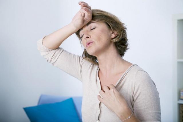 HORMONAL DEĞİŞİMLER Doğumdan sonraki üçüncü aydan dokuzuncu ay sonuna kadar olan dökülmeler olağan karşılanır. Ancak süre uzarsa ya da dökülme çok yoğun ise dermatoloji uzmanına danışmak gerekir. Menopoz sonrasında da saçlar dökülebilir. Menopozda saç dökülmesi dursa bile saç yoğunluğu menopoz öncesi yoğunluğuna tekrar ulaşamayabilir.