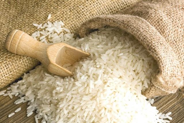 Bir çorabı pirinçle doldurun ve iki saat dondurun. Ardından çarşafınızın altına koyarak uyurken serin kalmanızı sağlayın.
