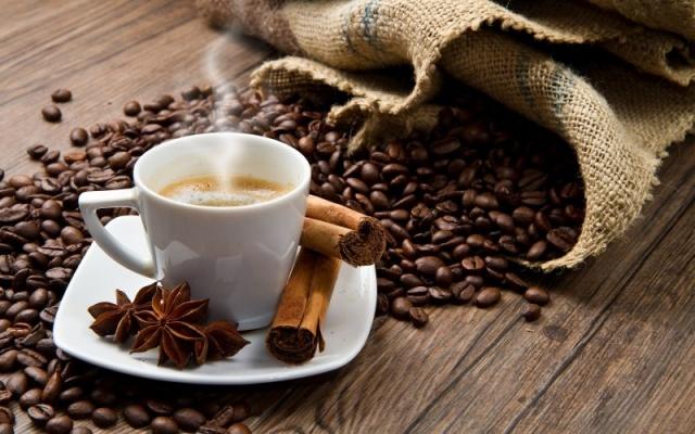 2. BİR FİNCAN KAHVE İÇMEYE NE DERSİN?  Kafein tüketimi ile metabolizma hızının arttığına ve tip 2 diyabet riskinin azaldığına dair çalışmalar mevcut. Ancak gün içinde çok fazla kafein tüketmek sinirlilik, mide bulantısı veya uykusuzluğa neden olabiliyor. Sağlıklı bir birey için, günde 2-3 fincanı aşmamakta fayda var.