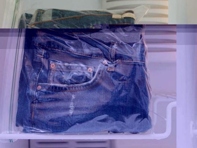 Dondurucuya koyarak kot pantolonlardaki kokuları temizleyin ve bakterileri öldürün.