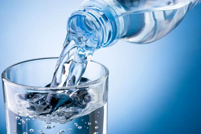 SIK SIK SU VE SIVI TÜKETİN  Özellikle Ramazan ayında su kaybımız daha belirgin olur, bu nedenle iftarla sahur arası en az 2.5 lt su içilmesi gerekir. Bu suyun 1 bardağı orucu hurma veya zeytinle açtıktan hemen sonra ılık bir ballı limonlu su olması kan şekerinizi düzenlemenize yardımcı olacaktır. En az 3 fincanı da rezene çayı olmalı ki mide rahatsızlığı; gaz ve şişkinlik yaşanmasın. Siyah çayın beyindeki susama merkezini baskılayıp bize su içmeyi unutturduğunu da göz önünde bulundurun ve siyah çayı kesin veya çok açık olarak 1 ila 2 fincan tüketin.