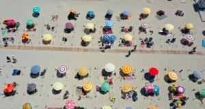 Sıcaktan bunalan İzmirliler sahilleri doldurdu