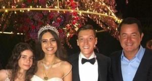 Görkemli düğüne ünlü yağdı