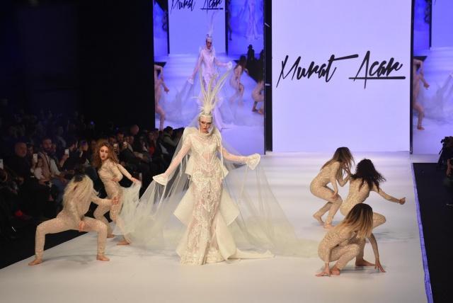 İZMİR'de bu yıl 13'üncü kez kapılarını açan If Wedding Fashion İzmir Fuarı kapsamında birbiri arkasına defileler düzenlenirken, Murat Acar tarafından tasarlanan transparan gelinlikler, beğeni topladı.
