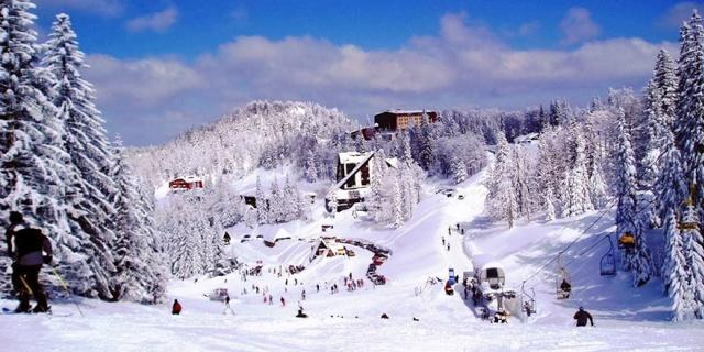 Uludağ Kayak Merkezi (Bursa)  Kış ve kar tatili deyince akıllara gelen ilk durak Uludağ. 14 Aralık'ta açılış yapan kayak merkezi Türkiye'nin en önemli turizm merkezlerinden birini oluşturuyor. Sadece Türkiye'de değil dünyada da bir marka olan Uludağ Kayak Merkezi, İstanbul'a yakınlığından dolayı en fazla İstanbullular tarafından tercih edilse de tüm dünyadan ziyaretçileri vardır.