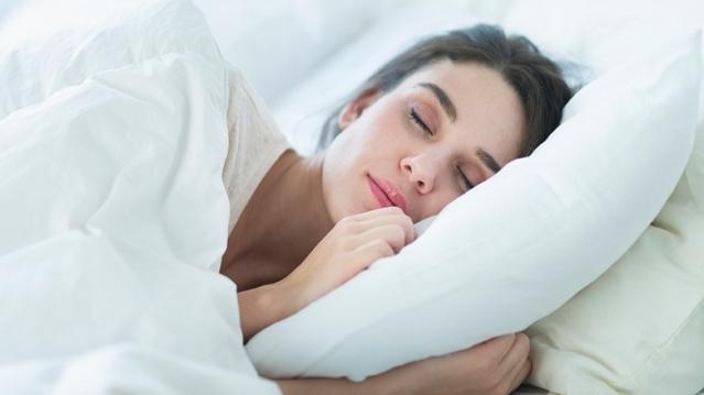 4. İYİ BİR GECE UYKUSU UYUYUN  Uyku konusunda yeterli kaliteye ulaşılamadığında hem kadın hem de erkelerde metabolizmanın yavaşladığı gösterilmiştir. Uzmanlar bu durumu yine vücudun stres altındayken kortizol salgılamasıyla ilişkilendirmektedir. Araştırmalarda gece boyu aralıklı uykunun (sık sık uyandığınız bir uyku) 7 saat deliksiz uykuya kıyasla metabolizmanız için toparlayıcı olmadığı belirtilmektedir.