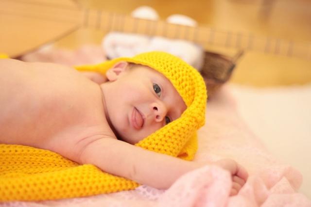 SARI TÜLBENT ÖRTÜLMESİ Bebeğin üzerine sarı tülbent örtülürse sarılığının geçeceği batıl inançlara dayanıyor. Oysa sarı tülbent örtülmesinin sarılığa faydalarına yönelik bilimsel bir çalışma yok. Üstelik zaman kaybından başka bir işe yaramıyor. Üstüne üstlük gecikmeye ve değerlendirirken göz yanılsamasına yol açıyor.