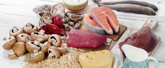 Vücudumuz için son derece önemli olan B12 vitamini, nörolojik dejenerasyonu ve depresyonu engeller, enerji verir ve şeker isteğini azaltır. Önemli bir kaynak olan B12 vitamini doğal olarak bazı besin kaynaklarından alabilirsiniz