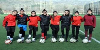 15 Kişilik Bayan Futbol Takımının 10 Oyuncusu Akraba