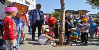 Miniklerden Sokak Hayvanları İçin Mama Ve Su Kabı