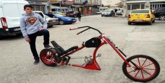 2 Metrelik Chopper Bisiklet Kullanıyor