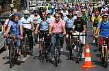 Ata'dan Zübeyde Ana'ya karanfil gelecek!: Karşıyaka'da bisiklet turu...