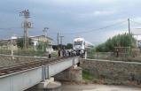 Rayların üzerinde oturan yaşlı adama tren çarptı