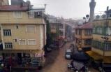 Şiddetli yağış, semt pazarındaki tezgahları dağıttı